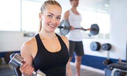 Je lepší cvičit doma, nebo v posilovně?